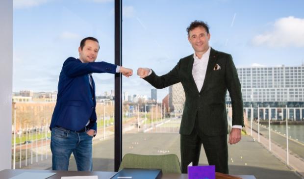 <p>Pieter Leenman (l) en Charles Van Goch bij de contractondertekening.</p>