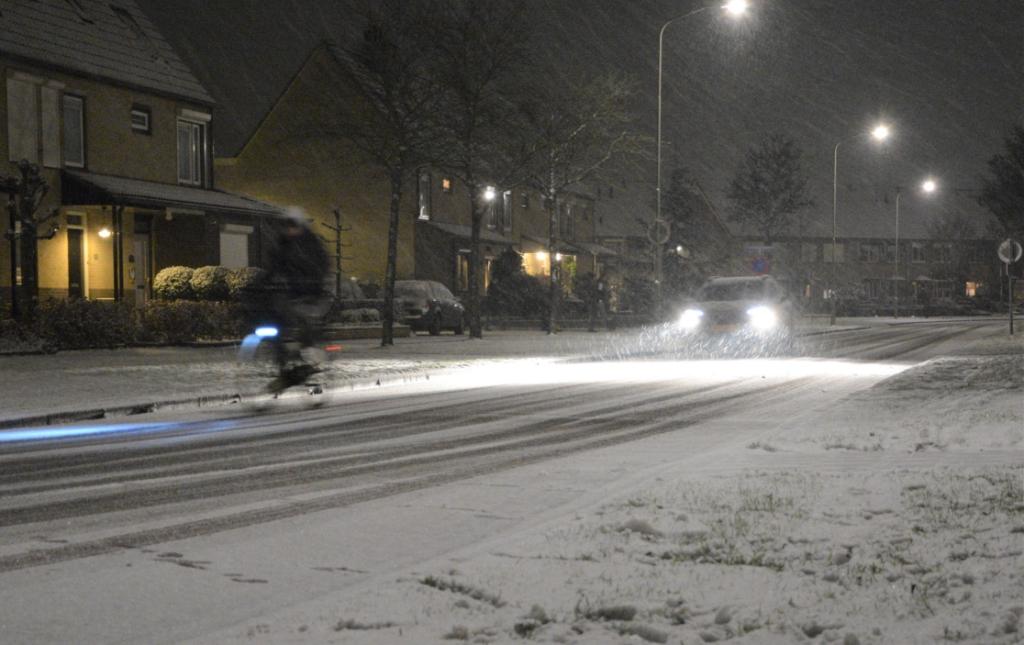 een dun laagje sneeuw langs de Wethouder Rebellaan in Barneveld Gerwin van Luttikhuizen © BDU media