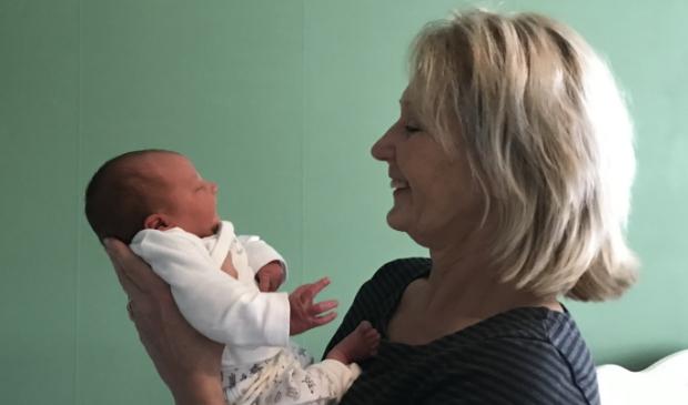 Femmy Kuiper met pasgeboren baby uit Ede