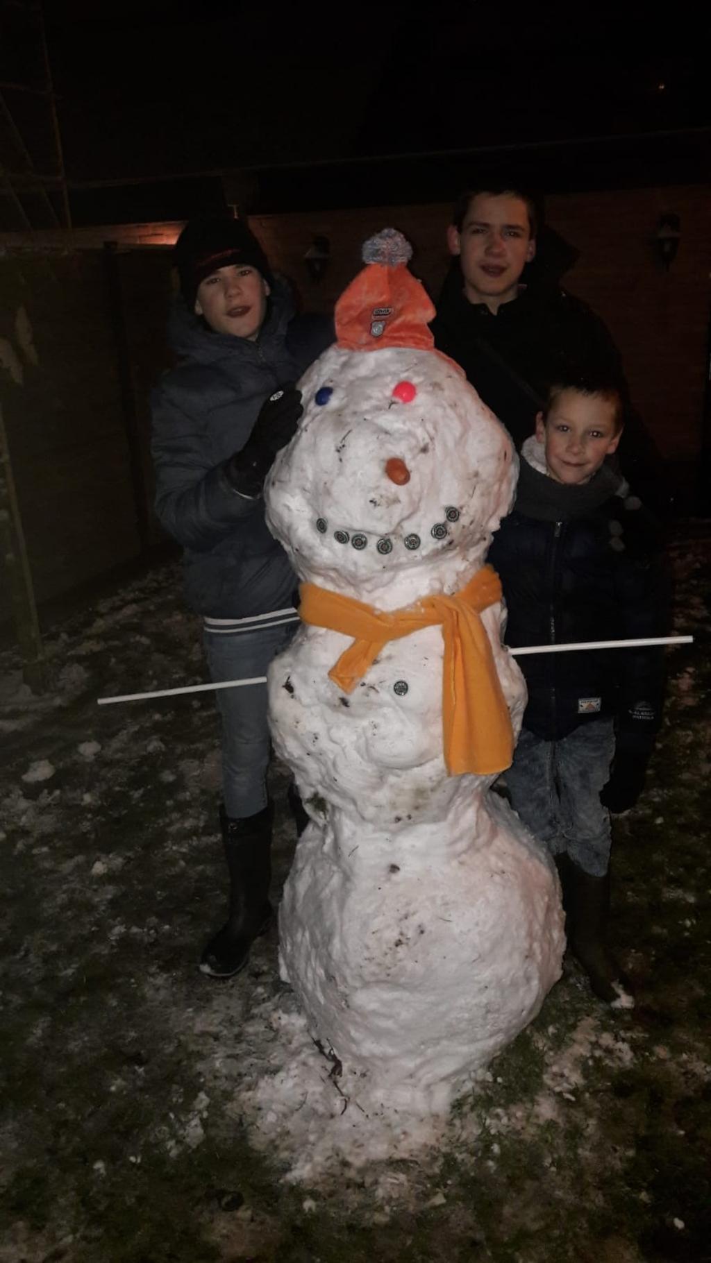 De kids Brian, Ruben en Thomas waren superblij dat er toch een laagje sneeuw lag. Deze sneeuwpop was het resultaat. Carla van Voorst © BDU media