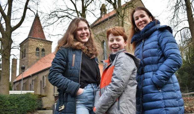 <p>De kleinkinderen Elise-May (14) en David (11) en dochter Wendy bij de Heilige Familiekerk in Soest-Zuid, waar hun (groot)moeder Francine uit Australi&euml; opgroeide.</p> <p>Gert Zuijdgeest</p> © BDU media