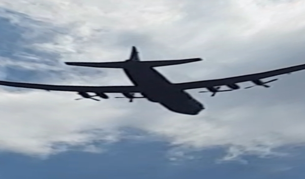Overvliegend Hercules C130-transportvliegtuig, zomer 2020.