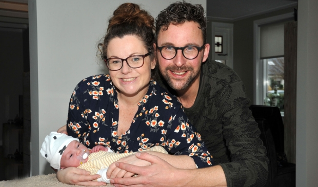 <p>Gea en Steven Jansen met hun pasgeboren zoon Evert.</p>