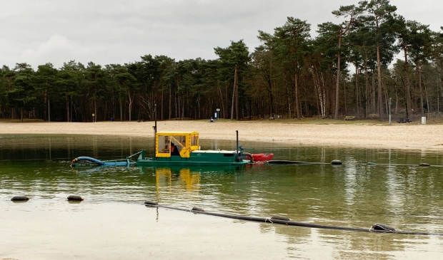 <p>Het verwijderen van het sliblaagje en de waterplanten van de bodem van het Henschotermeer gebeurt vanuit een bootje met behulp van een pijpleiding </p>