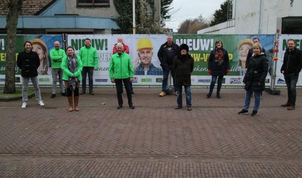 <p>Op de foto van links af: Gert Jan de Jong, vier leden van de Dorpsraad met Voorzitter Martijn Schouten, Remco Outshoorn (in het rood),&nbsp;</p><p>Ben Haspels, Reinier van Elderden, Paul Bakker, Mieke Booij, Nicole de Leeuw, Ben Perdaan, Raimond van den Broek</p>