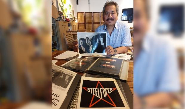 <p>James Andriese toont een foto van zijn oude band.</p>