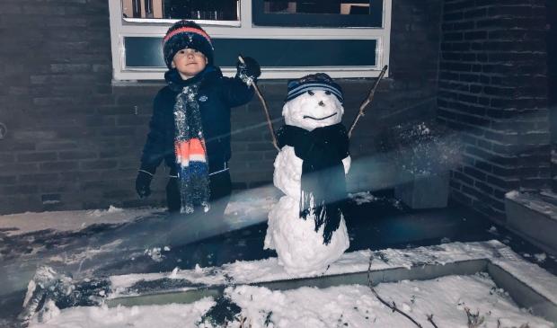 <p>Milan met zijn sneeuwpop Olaf.</p>