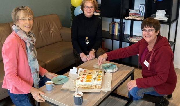 <p>Hospice De Cirkel voor de Zwijndrechtse Waard in Hendrik-Ido-Ambacht bestaat tien jaar en dat wordt gevierd met taart. V.l.n.r. vrijwilligers Carla van der Linden, Rianne Vat en Tine Meijer.</p>