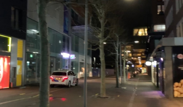 Politie patrouille in winkelcentrum de Vier Meren