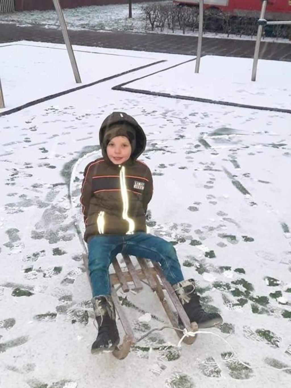 Milan van Kessel is lekker aan spelen in de sneeuw. Michael van Kessel © BDU media