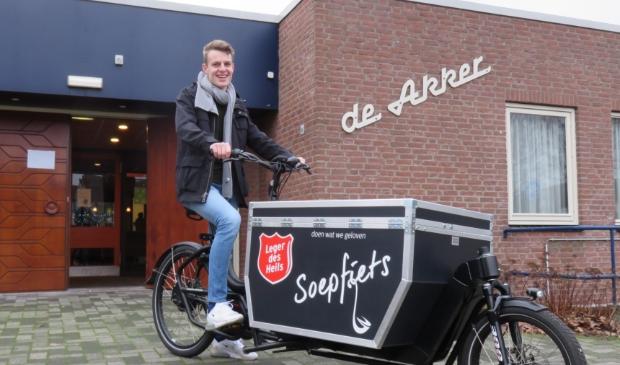<p>Bas van Leeuwen fietst naar daklozen in Ede om soep uit te delen en een praatje te maken.</p>