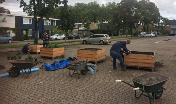 <p>De plantenbakken werden door bewoners zelf verzameld, mooi gemaakt en gevuld</p>
