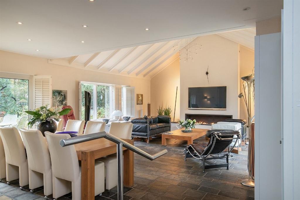 <p>De woonkamer van de bungalow is van alle comfort voorzien.</p> Deelen Makelaars © BDU media