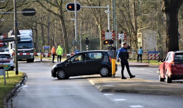 <p>De spoorwegovergang Soesterbergsestraat bleef lange tijd dicht, waardoor het gemotoriseerd verkeer tussen Soest en Soesterberg daar stremde.</p>