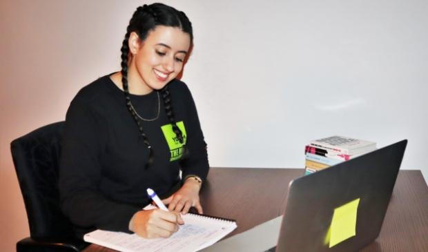 <p>Khadija Zekhnini is een van de vrijwilligers die jongeren ondersteunt bij hun schoolwerk</p>
