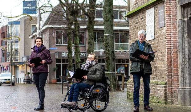 Olga van der Zanden, Manon Wagendorp en Jos Oosterbaan (van links naar rechts) van koor Onbeperkt Talent voor de Oude Kerk in Ede.