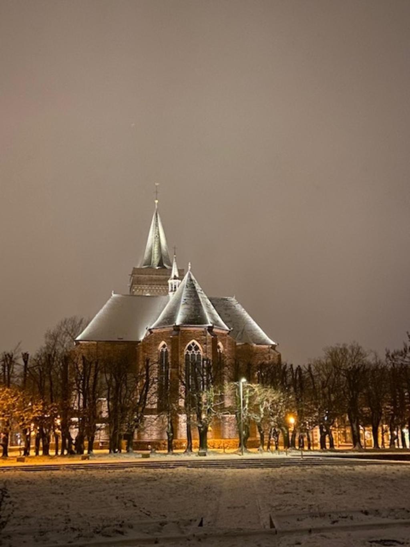 <p>De Oude Kerk van Ede in de sneeuw.</p> Theo de Wit © BDU Media
