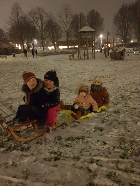 Nichtjes genieten volop van de sneeuw op aan elkaar geknoopte sleeën!   Marita van Vliet © BDU media