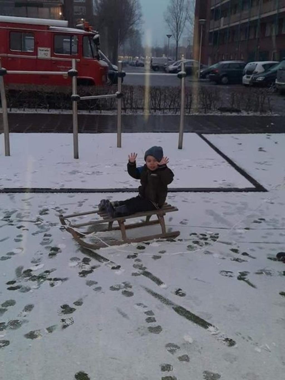 Julian van Kessel is lekker aan spelen in de sneeuw. Michael van Kessel © BDU media