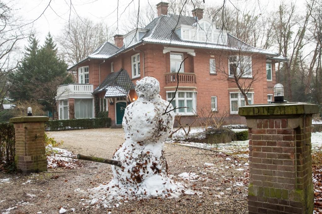 <p>Een levensgrote sneeuwpop in Hoog Baarn.&nbsp;</p> Caspar Huurdeman  © BDU media