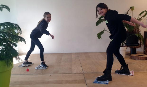 <p><em>Leerlingen van basisschool de Groene Vallei schaatsen op theedoeken.</em></p>