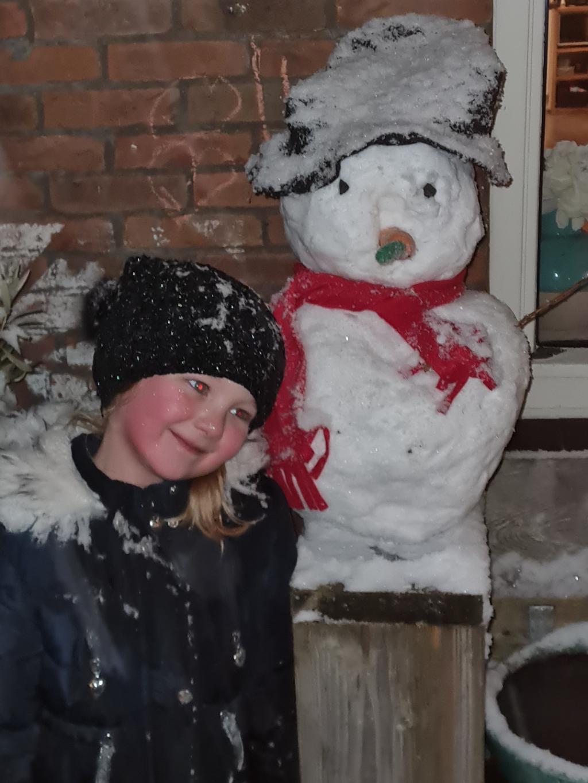 <p>Nova de Zoete had al een snel vriendschap gesloten met haar sneeuwpop.</p> Kim de Zoete © BDU media