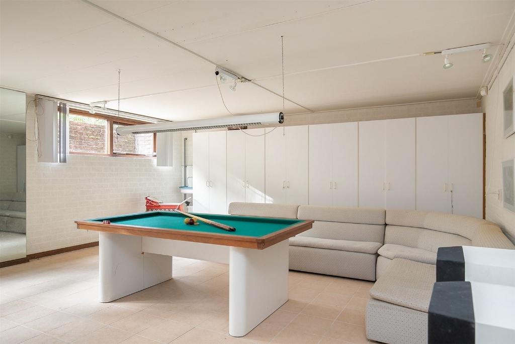 Het souterrain biedt tal van mogelijkheden, zoals een plek om ontspannen een biljartje te spelen. Deelen Makelaars © BDU media