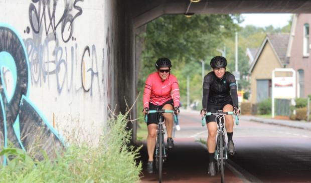 De twee koplopers van de wielrennersgroep van de Charim Ride vlak voor ze aankomen bij de finish op de Wiltonstraat.