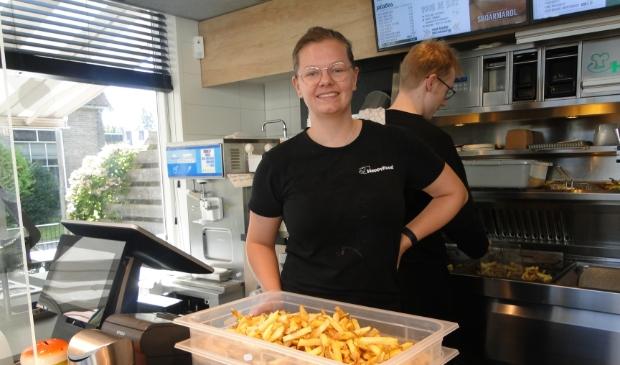 <p>Claudia Mulder maakt en lekker patatje klaar in cafetaria Happy Food.</p>