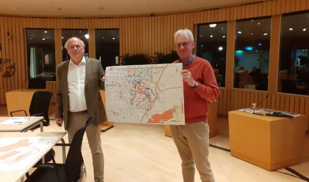 Adriaan Haartsen (links) en Ben Olde Meierink tonen het resultaat van de inventarisatie