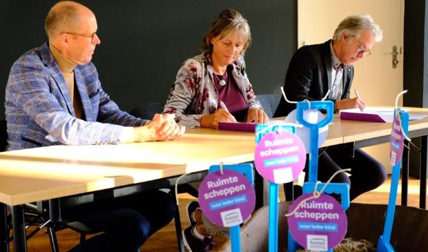 Rudolphstichting en Ecowonen tekenen de grondovereenkomst.
