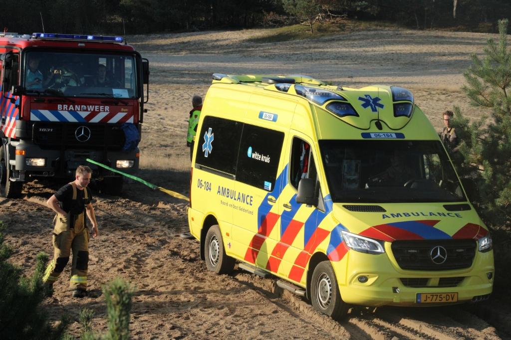 Brandweer trekt ambulance los uit het mulle zand op Beekhuizerzand Lars ten Klooster © BDU Media