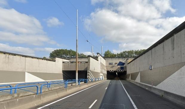 <p>Het is onbekend hoelang de Wijkertunnel gesloten blijft voor vrachtverkeer en touringcars.</p>