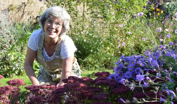 """Ingrid Klooster in haar tuin: """"Kies voor sterke vaste planten. Daar heb je weinig omkijken naar."""""""