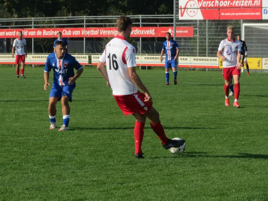 Pieter Kroon speelt Aron Eijkelboom aan tegen Alblasserdam Teus Stam © BDU media