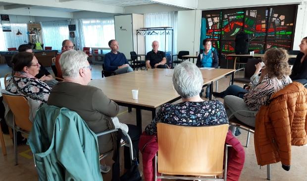 Bezoekersgroep Koffie, Cake & WMO rond de tafel in een goed gesprek.