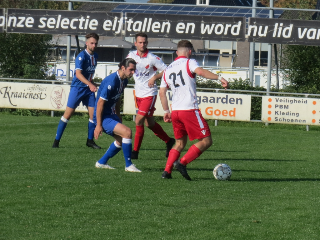 Jesper Buist (21) in duel tegen Alblasserdam, Johan Woltman ziet toe Teus Stam © BDU media