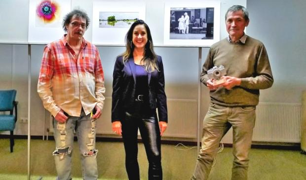De 2 prijswinnaars Bertus Sasbrink en Chris Fraikin met Linette Dijk