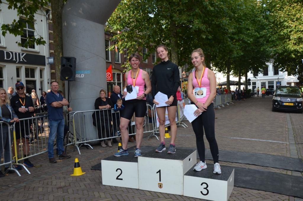 De vrouwen met de snelste tijd op de 5 km met Anneke Damen op de tweede plaats Ali van Vemde © BDU media