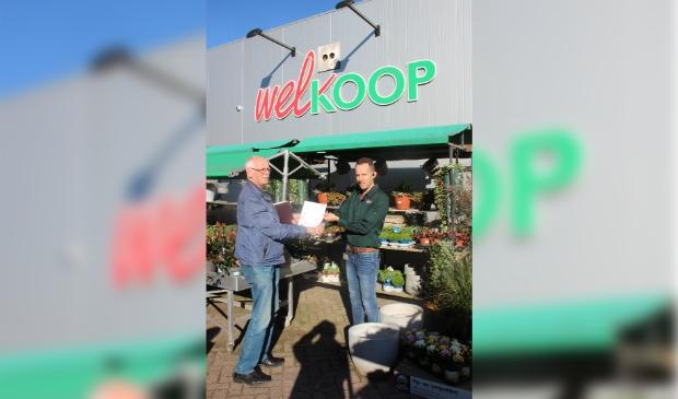 Overhandiging sponsorovereenkomst met Adriaan Ritmeester van Welkoop Giessenburg (r) en  Wim Kafoe (voorzitter buurtbusvereniging)