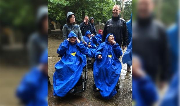 deelnemers trotseren regen