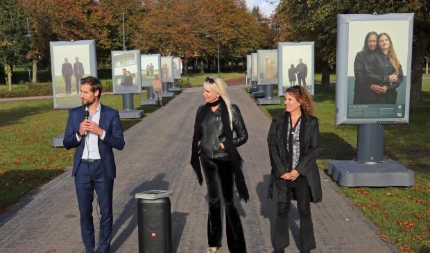 Wethouder Kraaijeveld (Links) met in het midden Mirjam Bekker-Stoop van stichting Open mind en Vicky Bergman, ervaringsdeskundige en voorzitter van belangenorganisatie Samen één.