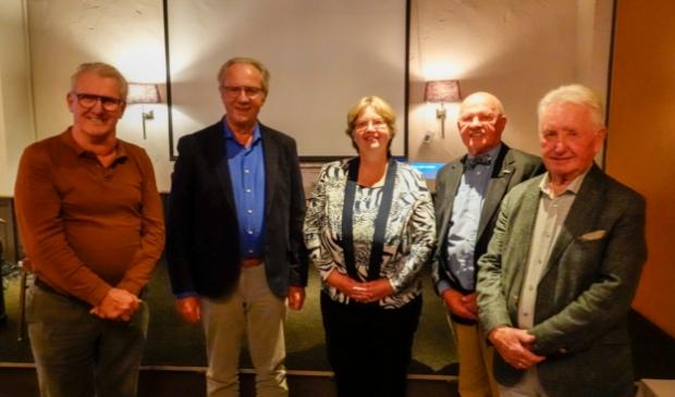 Loco-burgemeester Henny van Dijk met het sociëteitsbestuur