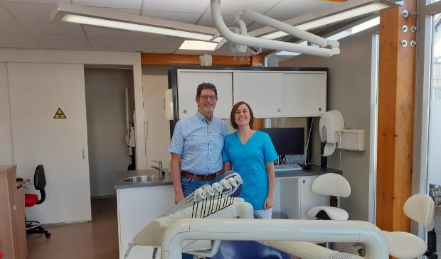 <p>Dokter Tjalling Teitsma met zijn opvolgster Cindy van den Brand.</p>
