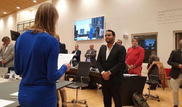 Timo Bakrin legde de eed af als buitengewoon raadslid voor de VVD.