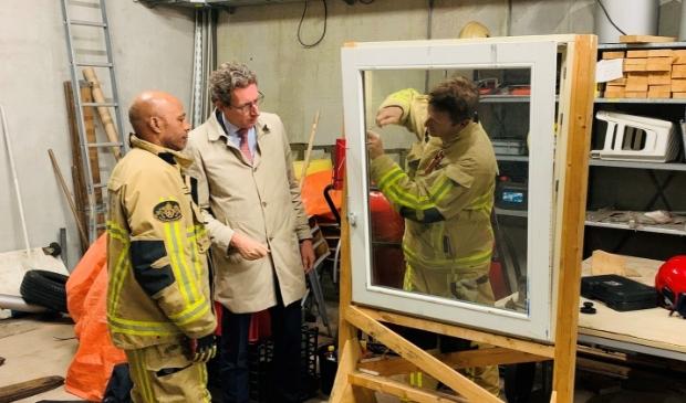 Burgemeester Tjapko Poppens bezoekt de brandweerkazerne.