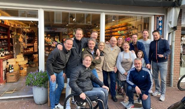 Vrienden en mede-ondernemers verrasten Jan van Manen op zijn  laatste dag in de kaaswinkel
