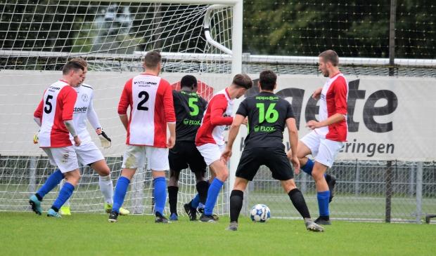<p>Scrimmage voor het doel van ONA&#39;53. De ploeg verloor met 4-0 van VV Veenendaal.</p>