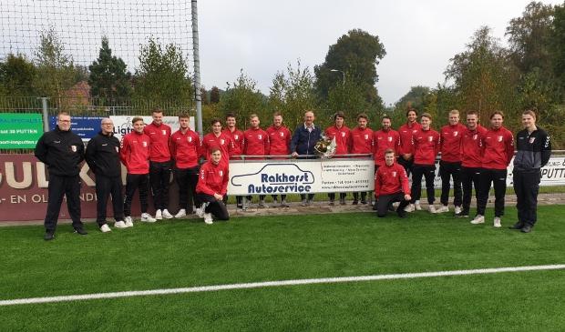 Rood-Wit 2 op de foto met trotste sponsor Leo Rakhorst