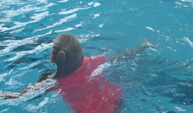 Met kleding zwemmen